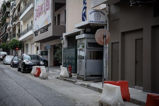 Η είσοδος του αστυνομικού τμήματος Καισαριανής το οποίο έγινε στόχος επίθεσης στις τέσσερις τα ξημερώματα της Τρίτης