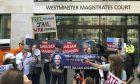 Συγκέντρωση από υποστηρικτές του Τζ. Ασάνζ έξω από τη νοσοκομειακή πτέρυγα της βρετανικής φυλακής Μπέλμαρς όπου κρατείται.