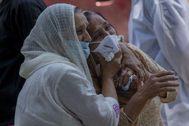 Άνθρωποι θρηνούν συγγενή τους που πέθανε από κορονοϊό, Ινδία