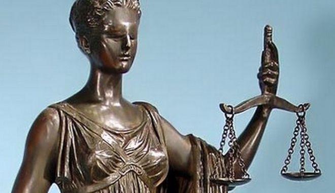Τα παράδοξα της δικαιοσύνης: Καταδικάστηκε, απελάθηκε και ταυτόχρονα καταζητείται
