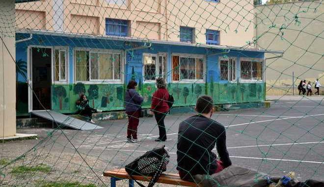 ΝΑΥΠΛΙΟ-Συμμετέχοντας στις  Πανελλαδικές κινητοποιήσεις  που γίνονται σήμερα σε όλη την χώρα, οι μαθητές του 1ου και 2ου Λυκείου Ναυπλίου πραγματοποίησαν πορεία διαμαρτυρίας στους κεντρικούς δρόμους της πόλης, έξω από τα γραφεία της Διεύθυνσης Δευτεροβάθμιας Εκπαίδευσης Αργολίδας και στο δημαρχείο όπου συναντήθηκαν με τον δήμαρχο Ναυπλιέων Δημήτρη Κωστούρο και διαμαρτυρήθηκαν για τις λυόμενες αίθουσες (φωτο) που βρίσκονται στα σχολεία τους,χωρίς θέρμανση και για την καθαριότητα. Το συντονιστικό μαθητών σε ανακοίνωση του τονίζει: Έχουμε πείρα! Ότι κατακτήσαμε, το κερδίσαμε με τους αγώνες μας! Παλεύουμε για ένα σχολείο δημόσιο και δωρεάν για όλα τα παιδιά. Για σχολείο που να μορφώνει και όχι να εξοντώνει!!! Όλα όσα ζούμε στην καθημερινότητά μας, μέσα και έξω από τα σχολεία μας αποδεικνύουν την ανάγκη να συνεχίσουμε ακόμα πιο δυναμικά τους αγώνες μας! Διεκδικούμε: Να μην καταργηθεί καμία ειδικότητα/τομέας στα ΕΠΑΛ. Κανένας μαθητής στο δρόμο.     Η κυβέρνηση να εξασφαλίσει την απαραίτητη χρηματοδότηση για να λειτουργούν τα σχολεία μας κανονικά. Κανένα σχολείο χωρίς θέρμανση! Αφορολόγητο πετρέλαιο και φυσικό αέριο σε όλα τα σχολεία (προνόμιο που έχουν οι εφοπλιστές, αλλά όχι τα σχολεία!).     Ούτε ένα ευρώ από την τσέπη των γονιών μας για τη λειτουργία των σχολείων μας.     Να μην κατατεθεί το νομοσχέδιο που κάνει χειρότερο το σχολείο μας.     Άμεση κάλυψη όλων των κενών σε όλα τα σχολεία με μόνιμους διορισμούς. Βιβλία σε όλα τα σχολεία. Να μην πληρώνουμε για τα ξενόγλωσσα βιβλία.     Να ξεκινήσει τώρα σε όλα τα Γυμνάσια και τα Λύκεια η Ενισχυτική Διδασκαλία και η Πρόσθετη Διδακτική Στήριξη.     Δωρεάν ασφαλή μεταφορά για όλους τους μαθητές, όλες τις ώρες της ημέρας. Ένα δωρεάν γεύμα για όλους τους μαθητές.     Να μη μας στοιβάζουν στις τάξεις. 20 μαθητές/τμήμα για να μπορεί να γίνεται μάθημα.     Τώρα έκτακτο κονδύλι για τις σχολικές εκδρομές μας. Να μπορούν όλοι οι μαθητές να συμμετέχουν χωρίς να αναγκάζονται να βάζουν το χέρι στην τσέπη.     Δωρεάν είσοδος των μαθητών