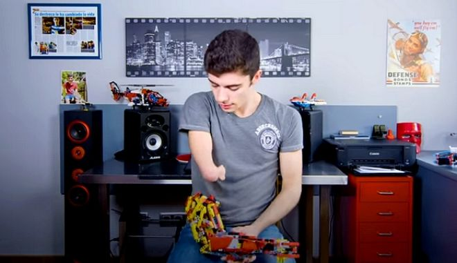 Συγκλονιστικό: Έφηβος κατασκεύασε το προσθετικό χέρι του με τουβλάκια Lego