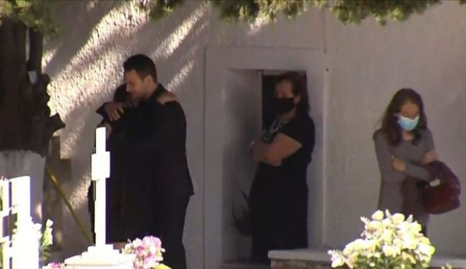 Στιγμιότυπο από το μνημόσυνο της Καρολάιν στην Αλόννησο. Ο δολοφόνος αγκαλιά με τη μητέρα του θύματος, πριν αποκαλυφθεί η συζυγοκτονία.