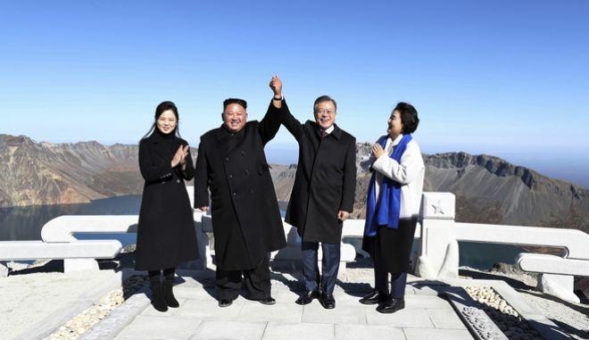 Μετά τις επιτυχημένες συνομιλίες στην Πιονγκγιάνγκ ο ηγέτης της Β. Κορέας Κιμ Γιονγκ Ουν και ο πρόεδρος της Ν. Κορέας Μουν Τζε-ιν φωτογραφίζονται περιχαρείς μαζί με τις συζύγους τους