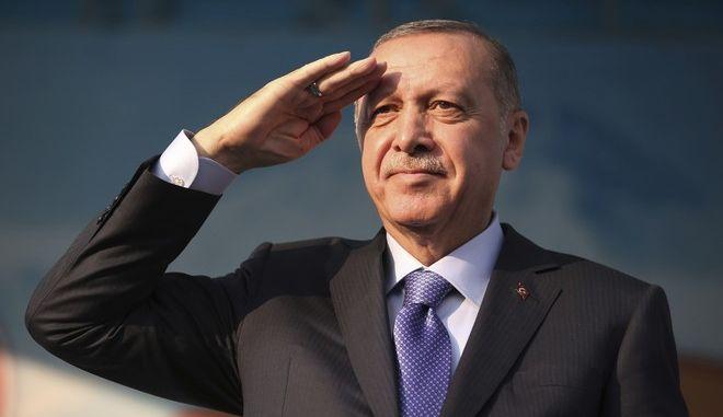 Ο Ερντογάν χαιρετάει στρατιωτικά