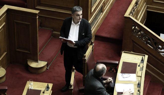 """Ο υπουργός Οικονομικών Ευκλείδης Τσακαλώτος στην συζήτηση των άρθρων και του συνόλου του σχεδίου νόμου του Υπουργείου Οικονομικών """"Διανομή Κοινωνικού Μερίσματος και άλλες διατάξεις"""" στην Ολομέλεια της Βουλής την Δευτέρα 20 Νοεμβρίου 2017. (EUROKINISSI/ΓΙΩΡΓΟΣ ΚΟΝΤΑΡΙΝΗΣ)"""