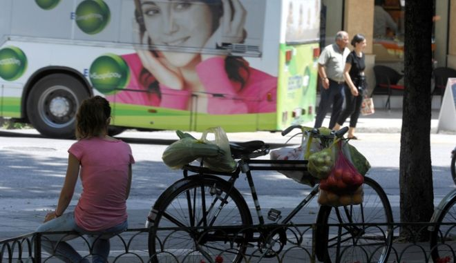 """ΤΡΙΚΑΛΑ - ΑΝΟΔΟΣ ΘΕΡΜΟΚΡΑΣΙΑΣ   Τον πρώτο μας μίνι καύσωνα ζουν οι κάτοικοι των Τρικάλων, με τη θεμοκρασία το μεσημέρι της Δευτέρας 11 Ιουνίου 2012 να """"σκαρφαλώνει"""" στους 34 βαθμούς Κελσίου. Οι προβλέψεις των μετεωρολόγων δεν είναι καθόλου ...δροσερές αφού ο καιρός θα είναι ζεστός και τις επόμενες ημέρες με τη θερμοκρασία να φτάνει τους 37 βαθμούς! (EUROKINISSI/ΘΑΝΑΣΗΣ ΚΑΛΛΙΑΡΑΣ)"""