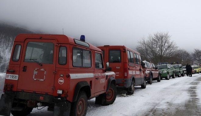 Οχήματα διασωστών σε χιονισμένο δρόμο της Ιταλίας (φωτό αρχείου)