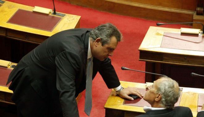 Στιγμιότυπο από την ψηφοφορία στην Βουλή για την έγκριση του ειδικού τέλους στα ακίνητα, Τρίτη 27 Σεπτεμβρίου 2011. Στη φωτογραφία αριστερά ο βουλευτής της ΝΔ, Πάνος Καμμένος και δεξιά ο ανεξάρτητος βουλευτής, Γιάννης Δημαράς. (EUROKINISSI // ΓΙΩΡΓΟΣ ΚΟΝΤΑΡΙΝΗΣ)