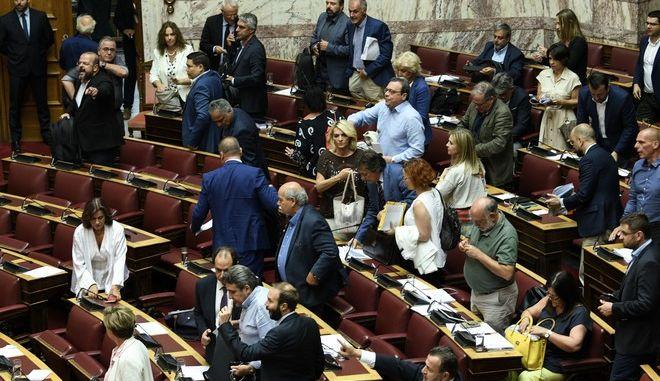 Αποχώρηση βουλευτών από την Ολομέλεια λόγω τροπολογιών Βρούτση