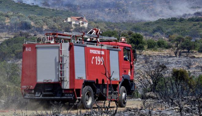 Μεγάλη φωτιά σε εξέλιξη στην Ικαρία - Δεν απειλούνται σπίτια
