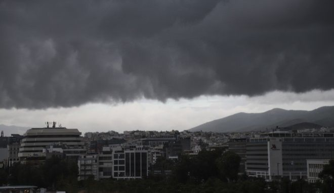 Κύμα κακοκαιρίας πάνω από την Αθήνα, σύννεφα καταιγίδας.