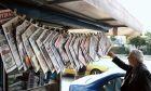 Εφημερίδες κρεμασμένες σε περίπτερο.