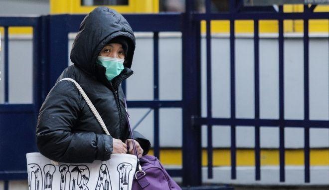 Γυναίκα με προστατευτική μάσκα έξω