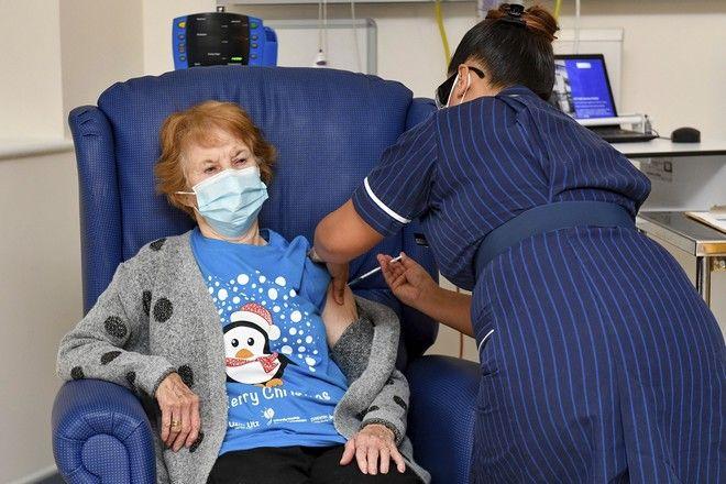 Η 90χρονη Margaret Keenan είναι η πρώτη γυναίκα που εμβολιάστηκε επίσημα με το εμβόλιο της Pfizer/BioNTech στη Μεγάλη Βρετανία.