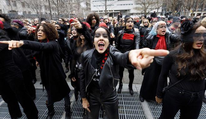 """Σκάνδαλο Γουάινστιν: """"Ο βιαστής είσαι εσύ"""" - Το σύνθημα που έφτασε από τη Χιλή στη Νέα Υόρκη"""