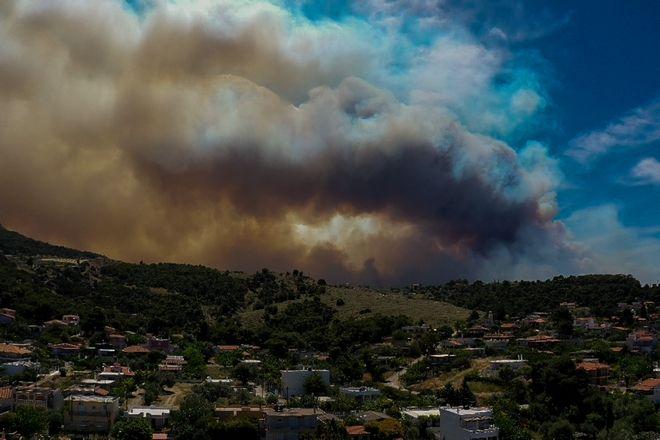 Στιγμιότυπα από την πυρκαγια που ξεκίνησε από το Σχίνο Κορινθίας και κατευθύνεται πρός το Αλεποχώρι