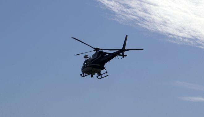 Ελικόπτερο της αστυνομίας πετά πάνω από το Sutherland Springs του Τέξας