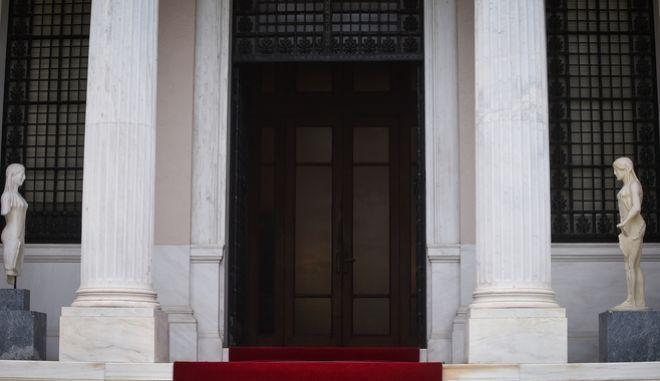 Η είσοδος του Μεγάρου Μαξίμου
