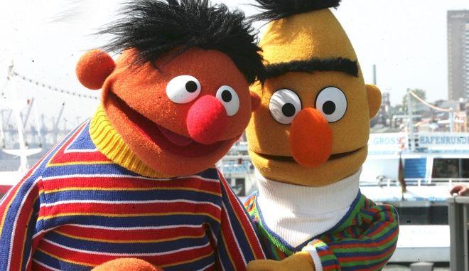 Ο Έρνι και ο Μπερτ ποζάρουν για τον φωτογραφικό φακό