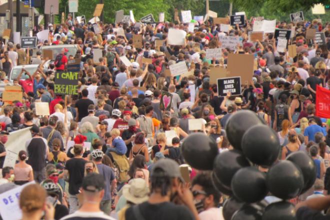 Ειρηνική πορεία στη Μινεάπολη για τη δολοφονία του George Floyd