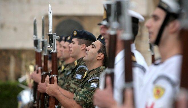 Με την κατάθεση σταφάνων στο Μνημείο του Άγνωστου Στρατιώτη στο Σύνταγμα ολοκληρώθηκαν οι εκδηλώσεις για την Ημέρα Μνήμης της Γενοκτονίας των Ελλήνων της Μικράς Ασίας. Στιγμιότυπο από τα στρρατθιωτικά αγήματα του Πολεμικού Ναυτικού και του Στρατού Ξηράς αποδίδουν τιμές. (EUROKINISSI/ΓΕΩΡΓΙΑ ΠΑΝΑΓΟΠΟΥΛΟΥ)