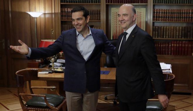 O πρωθυπουργός Αλέξης Τσίπρας με τον Ευρωπαίο Επίτροπο Πιερ Μοσκοβισί