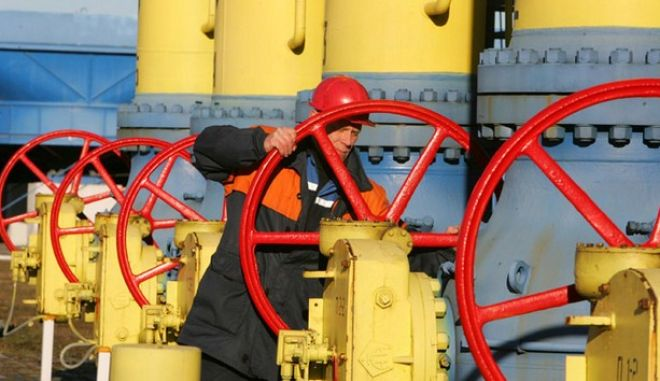 This file photo taken on December 29, 2006 shows a Belarus worker on duty at a gas compressor station of the Yamal-Europe pipeline near the town of Nesvizh, some 130 km southwest of Minsk. Belarussian President Alexander Lukashenko on June 22, 2010 ordered the shutdown of transit of Russian gas supplies to Europe after Russia cut supplies to Belarus by a third in a debt dispute.  AFP PHOTO / VIKTOR DRACHEV