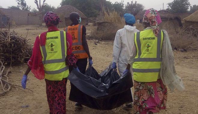 Κλιμάκια των αρχών μεταφέρουν τις σορούς θυμάτων μετά από επίθεση αυτοκτονίας στη Νιγηρία