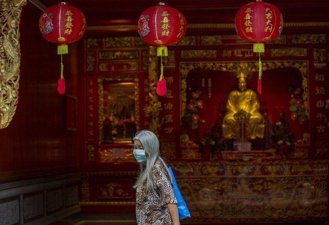 Κινέζα που φοράει μάσκα για να προστατευτεί από τον νέο κοροναϊό