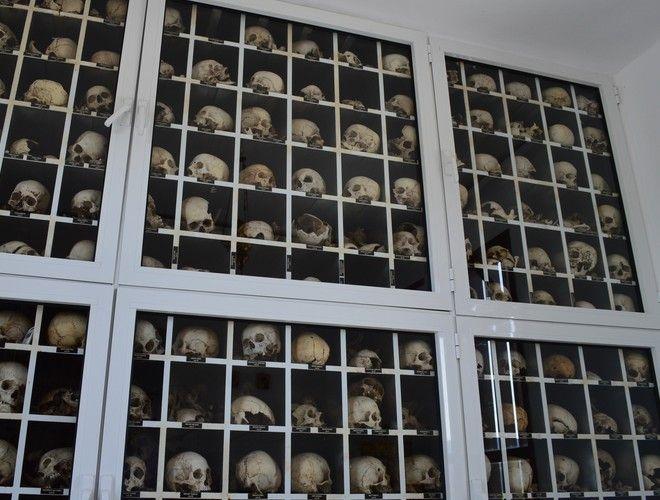 Τα οστά και τα κρανία των σφαγιασθέντων στον ιερό χώρο όπου φυλάσσονται στο Μαυσωλείο