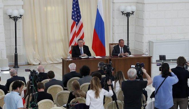 Οι υπουργοί Εξωτερικών ΗΠΑ και Ρωσίας Μάικ Πομπέο και Σεργκέι Λαβρόφ αντίστοιχα σε συνέντευξη Τύπου μετά τη συνάντησή τους στο Σότσι