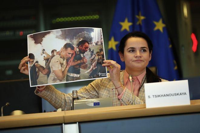 Η ηγέτης της Λευκορωσικής αντιπολίτευσης, Σβετλάνα Τιχανόφσκαγια, σε εισήγησής της σε Ευρωπαϊκή Επιτροπή υπέρ των κυρώσεων στο καθεστώς Λουκασένκο.
