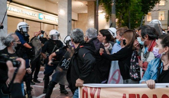 Σύνταγμα: Ένταση και χημικά στο πανεκπαιδευτικό συλλαλητήριο