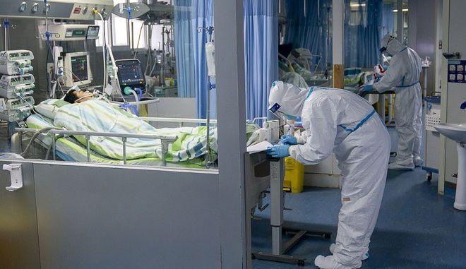 Ασθενής με κοροναϊό στη ΜΕΘ νοσοκομείου της Γουχάν
