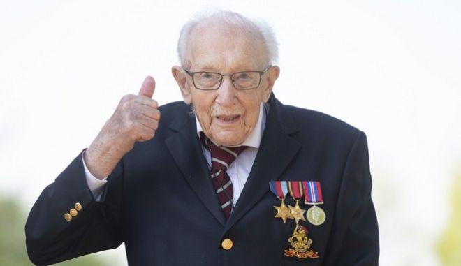 O 99χρονος βετεράνος Τομ Μουρ. (Joe Giddens/PA via AP)
