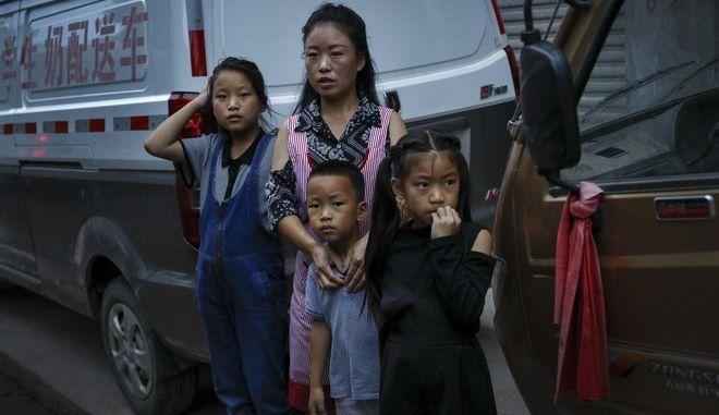 Μητέρα με τα παιδιά της στην Κίνα