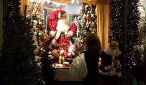 Καταστήματα με χριστουγεννιάτικο στολισμό στην οδό Ερμού