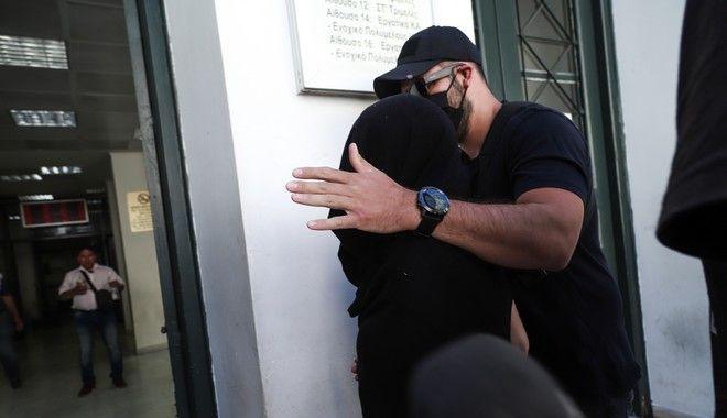 Η 35χρονη η οποία κατηγορείται για την επίθεση με βιτριόλι σε βάρος της 34χρονης Ιωάννας στην Καλλιθέα, οδηγείται από αστυνομικούς στον ανακριτή για την απολογία της (EUROKINISSI/ΒΑΣΙΛΗΣ ΡΕΜΠΑΠΗΣ)