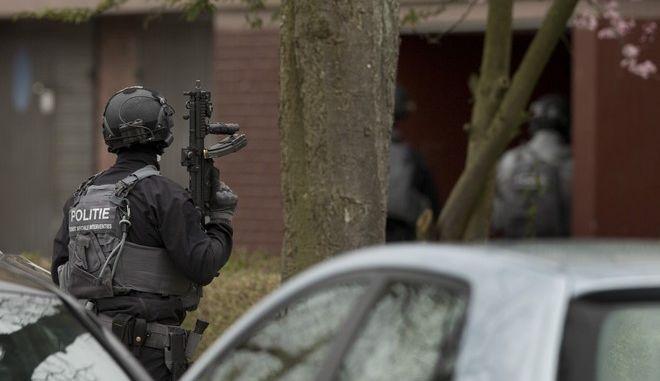Αστυνομία έξω από σπίτι (φωτογραφία αρχείου)