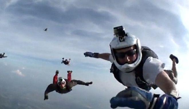 Βίντεο: Αναίσθητος αλεξιπτωτιστής σώθηκε από φίλους του στον αέρα