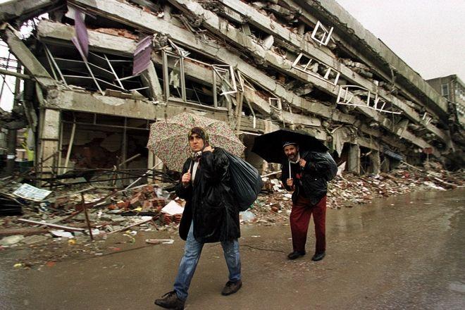 Οι επιζώντες του σεισμού φέρνουν διανεμημένα τρόφιμα σε σάκους στην επαρχία Bolu, την Τετάρτη 24 Νοεμβρίου 1999