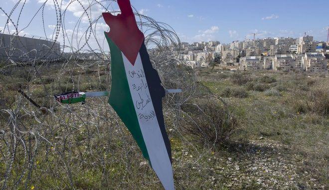"""""""Η Ιερουσαλήμ είναι η αιώνια πρωτεύουσα της Παλαιστίνης"""" γράφει πλακάτ στα χρώματα της παλαιστινιακής σημαίας στη Δυτική Όχθη"""
