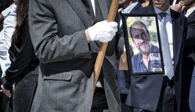 Στιγμιότυπο από την κηδεία του επιχειρηματία Αλέξανδρου Σταματιάδη στην Άνδρο την Κυριακή 22 Απριλίου 2018