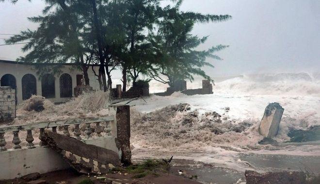 Σε κατάσταση έκτακτης ανάγκης η Τζαμάικα. Στην κατηγορία 5 ο κυκλώνας Μάθιου
