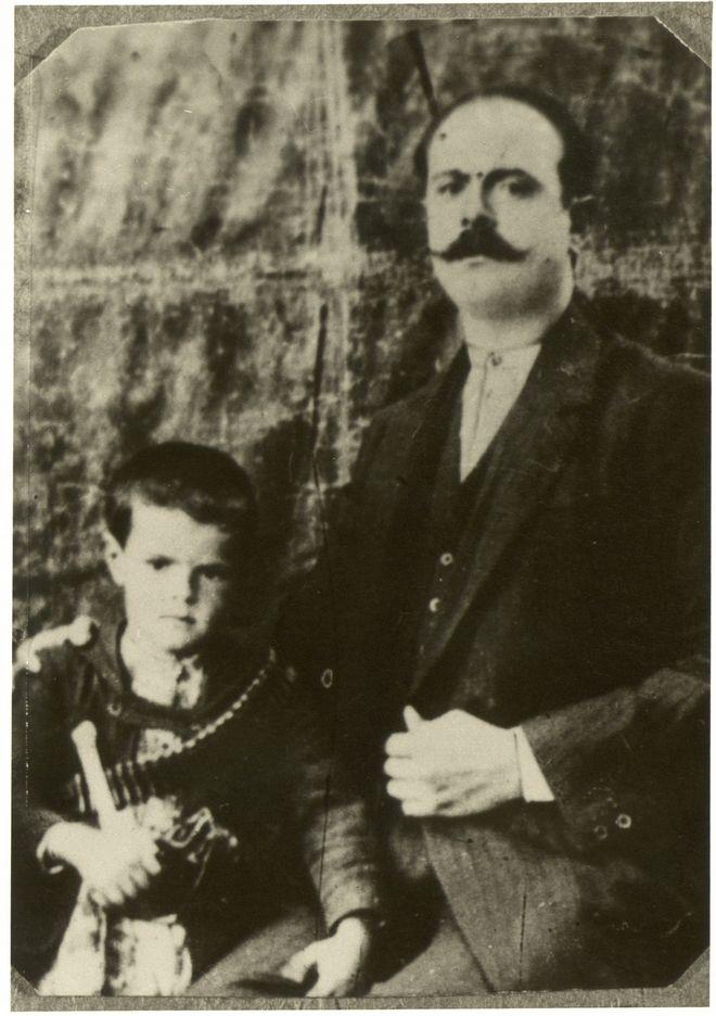 Ο Κωνσταντίνος Καραμανλής με το Μακεδονομάχο πατέρα του Γεώργιο Καραμανλή