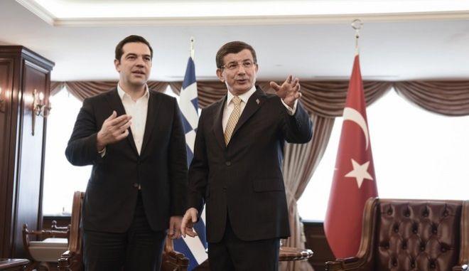 Ο πρωθυπουργός Αλέξης Τσίπρας και ο τούρκος ομόλογός του Αχμέτ Νταβούτογλου στο κτήριο της Πρωθυπουργίας στην Σμύρνη την Τρίτη 8 Μαρτίου 2016. (EUROKINISSI/ΓΡΑΦΕΙΟ ΤΥΠΟΥ ΠΡΩΘΥΠΟΥΡΓΟΥ/ANDREA BONETTI)