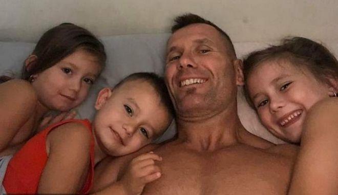 Ο Rowan Baxter με τα τρία παιδιά του