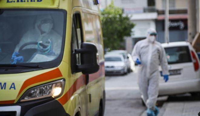 Κλιμάκια του ΕΟΔΥ σε ιδιωτική κλινική στο Περιστέρι,καθώς φαίνεται να βρέθηκαν περίπου 22 επιβεβαιωμένα κρούσματα του κοροωνοϊού,Πέμπτη 23 Απριλίου 2020 (EUROKINISSI)