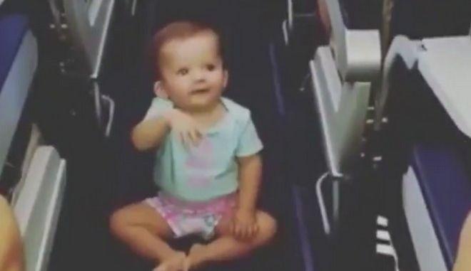 Βίντεο: 'Αεροσυνοδός' λίγων μηνών τρελαίνει πτήση